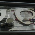 dipingendo i manici borsa